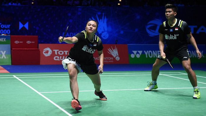 Indonesias Praveen Jordan and Indonesias Melati Daeva Oktavianti (black jerseys) play against Englands Marcus Ellis and Englands Lauren Smith (unseen) during their All England Open Badminton Championships mixed doubles semi-final match in Birmingham, central England, on March 14, 2020. (Photo by Oli SCARFF / AFP)