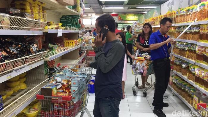 Suasana Pasar Swalayan di Tengah Panik Corona