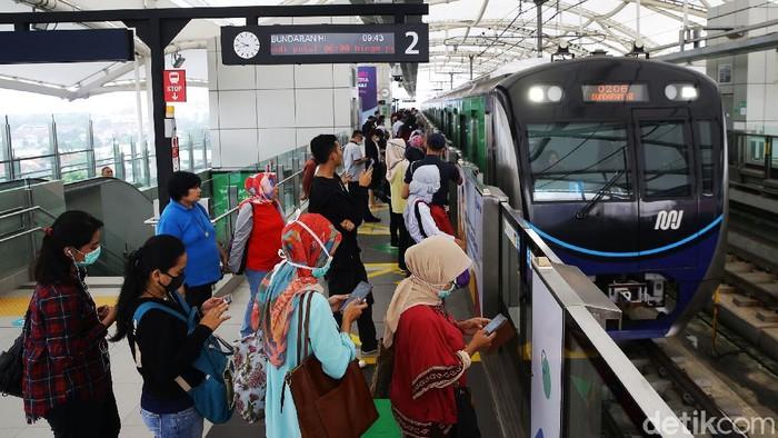 Jadwal operasional MRT dipersingkat untuk mencegah penyebaran virus corona. Pagi ini, terjadi antrian panjang di Stasiun MRT Fatmawati, Jakarta, Senin (16/3).