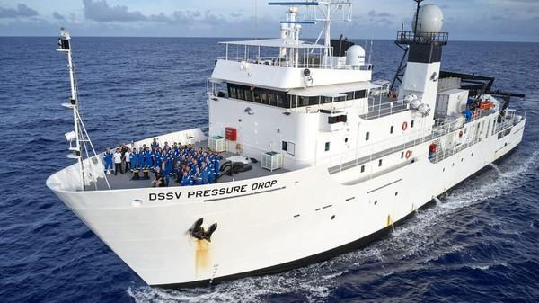Setiap penyelaman kapal selam akan memakan waktu hingga 14 jam. Tiap penurunan lebih dari 11 kilometer membutuhkan waktu lebih dari empat jam (Foto: EYOS Expeditions/CNN)