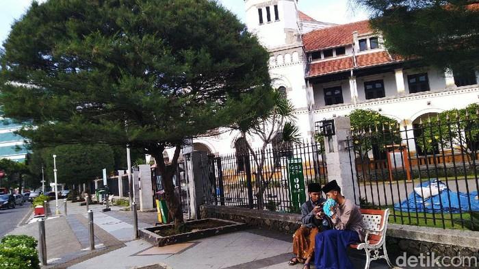 Salah satu dari 40 destinasi wisata di Jawa Tengah ditutup untuk antisipasi penyebaran virus covid-19 atau corona adalah Lawang Sewu Semarang. Gedung bersejarah itu sepi dan terlihat ada pengumuman di gerbang masuk.