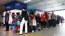 Potret Antrean Panjang Penumpang Stasiun MRT Fatmawati