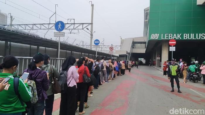 Kondisi Antrean Stasiun MRT Lebak Bulus pagi ini