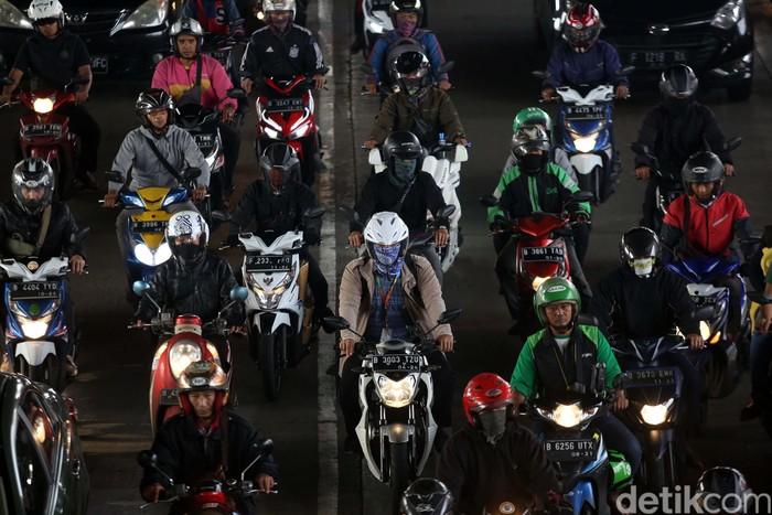 Aturan ganjil genap dicabut guna mengatasi penyebaran virus corona. Akibatnya, pagi tadi kendaraan menumpuk di Jalan DI Pandjaitan, Jakarta.