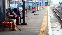 Imbas Wabah Corona, Penumpang di Stasiun Depok Berkurang