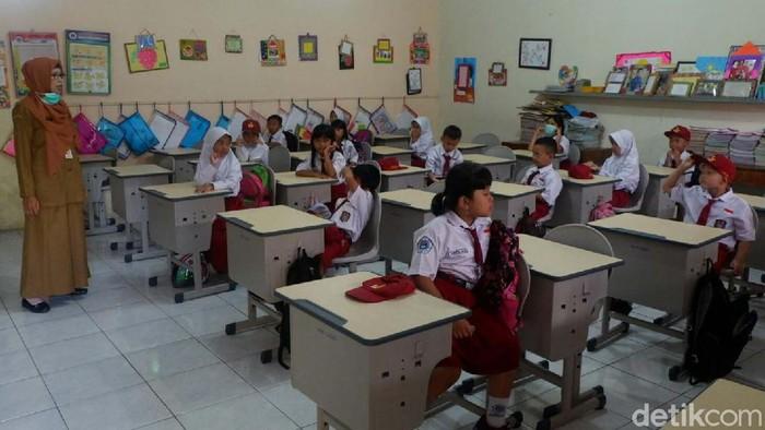 Instruksi Gubernur Jateng untuk meliburkan sekolah belum berlaku di Banjarnegara. Hari ini Senin (16/3), siswa SD dan SMP masih masuk sekolah seperti biasa.
