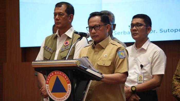 Mendagri Tito Karnavian konferensi pers di gedung BNPB mengenai penanganan virus corona Covid-19.