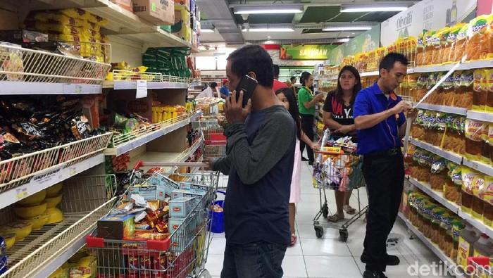 Kegiatan belajar-mengajar di wilayah DKI Jakarta diliburkan. Beberapa kantor pun telah menetapkan kebijakan bekerja dari rumah. Langkah ini ditetapkan sebagai antisipasi penyebaran virus corona (covid-19). Di tengah momen libur ini, sejumlah warga Jakarta berbondong-bondong mendatangi toko swalayan untuk berbelanja kebutuhan.