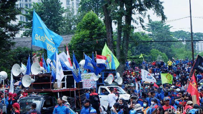 Massa buruh yang tergabung dalam aliansi buruh se-Jawa Barat memadati area depan Gedung Sate Jalan Diponegoro, Senin (16/3/2020). Mereka Berunjukrasa menolak Rancangan Undang-undang (RUU) Omnibus Law Cipta Kerja.