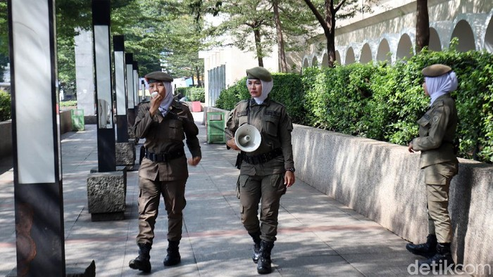 Taman Alun-alun Kota Bandung, Jawa Barat ditutup sementara. Puluhan Anggota Satpol PP Kota Bandung menjaga ketat, salah satu obyek wisata di Kota Bandung itu.