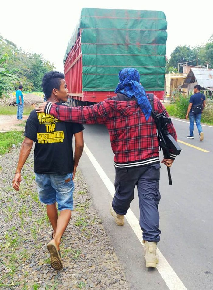 Tim Balai Gakkum Sumatera mengamankan truk berisi kayu illegal. Istimewa/KLHK.