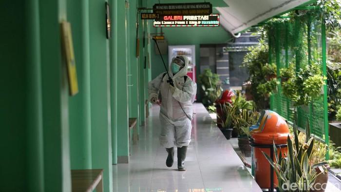 Petugas PMI melakukan penyemprotan disinfektan di SMP 216 dan SMA 68 Jakarta, Senin (16/3/2020). Hal ini dilakukan guna mencegah penyebaran virus corona.