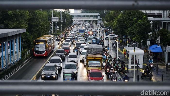 Kendaraan mengalami kemacetan di Jalan Salemba Raya, Jakarta Pusat, Senin (16/3/2020). Pemprov DKI Jakarta hari ini tidak memberlakukan aturan ganjil genap, untuk mengatasi penyebaran virus corona.