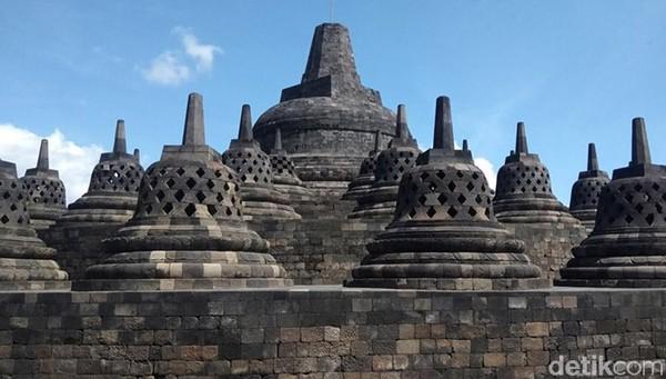 Candi Borobudur menjadi jujugan wisatawan dari berbagai daerah. Selain itu, Candi Borobudur berfungsi sebagai tempat ziarah umat Buddha sedunia untuk menuntun umat manusia meninggalkan nafsu duniawi menuju pencerahan dan kebijaksanaan sesuai ajaran Buddha. (Eko Susanto)