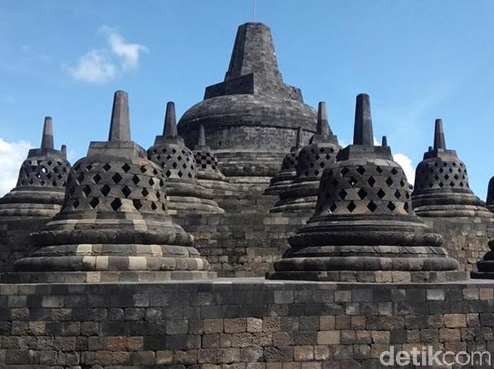 Suasana Candi Borobudur sepi karena adanya pembatasan pengunjung mulai hari ini, Senin (16/3) sampai Minggu (29/3). Pengunjung pun hanya bisa melihat kemegahan bangunan itu dari bawah di luar pagar zona 1.