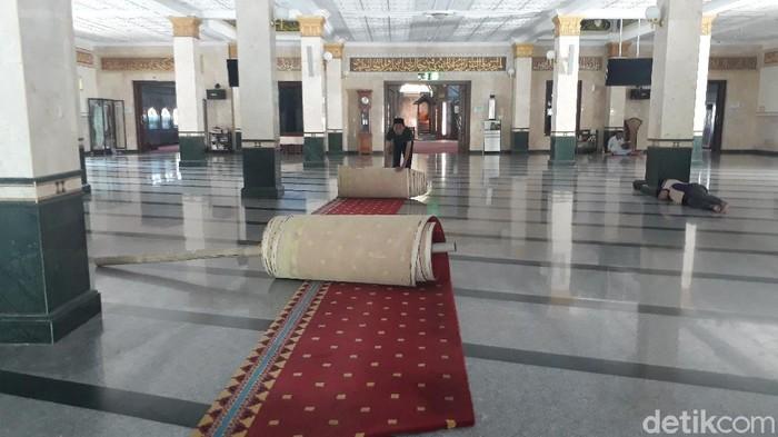 Karpet di Masjid Agung Brebes digulung, Senin (16/3/2020).