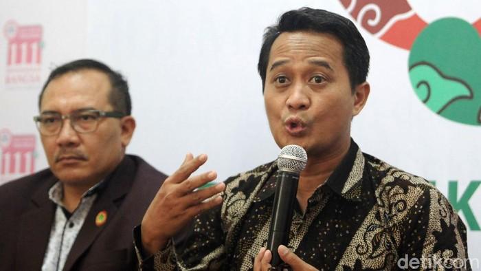 Ketua Umum Pengurus Besar (PB) IDI, Daeng Mohammad Faqih bersama sejumlah pengurus IDI memberi pernyataan pers di kantor Pusat IDI Jakarta, Senin (16/3/2020). Salah satu pernyataan IDI yakni membolehkan data pasien yang positif Corona untuk diumumkan kepada publik.
