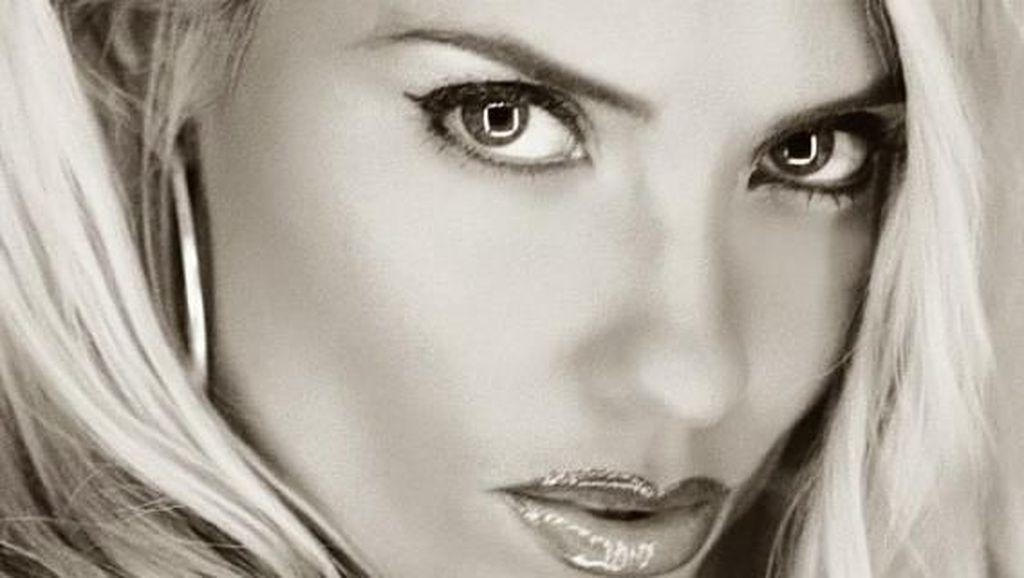 Mantan Model Playboy Dikritik, Posting Foto Menyusui Anak Berusia 4 Tahun