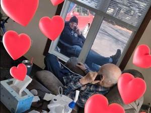 Cinta Luar Biasa! Viral Foto Anak Kunjungi Ayahnya di Tengah Wabah Corona