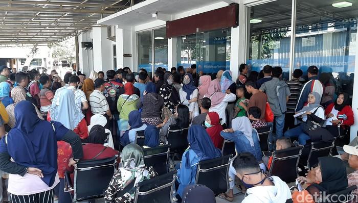 Disdukcapil Kota Bogor mengeluarkan kebijakan pembatasan pencetakan e-KTP. Hal itu dilakukan selama masa tanggap darurat bencana Corona.