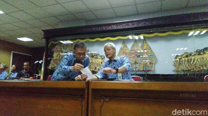 Gubernur Jateng, Ganjar Pranowo memberikan keterangan soal pasien Virus Corona, Semarang, Selasa (17/3/2020).