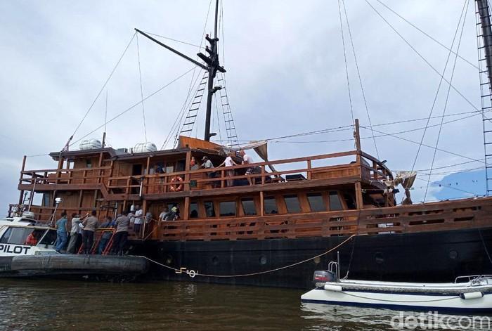 Kapal Pesiar KM Damai jenis Pinisi yang membawa turis asing akan bersandar di Timika. Penumpang kapal dari Sorong itu akan dicek kesehatannya sebelum mendarat.