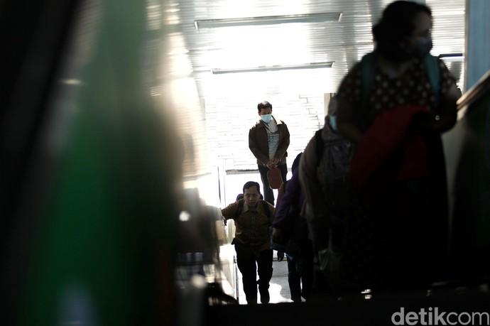 Antrean panjang penumpang tak terhindarkan saat jadwal operasional MRT dibatasi. Meski begitu, hari ini jadwal operasional MRT kembali normal.