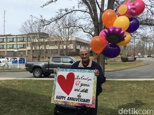 Terpisah karena Corona, Suami Bawa Poster Cinta Rayakan Ultah Nikah ke-67