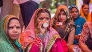 Foto: Aksi Perempuan India Minum Air Seni Sapi Demi Tangkal Corona