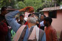 Takut Virus Corona, Warga di India Minum Air Kencing Sapi