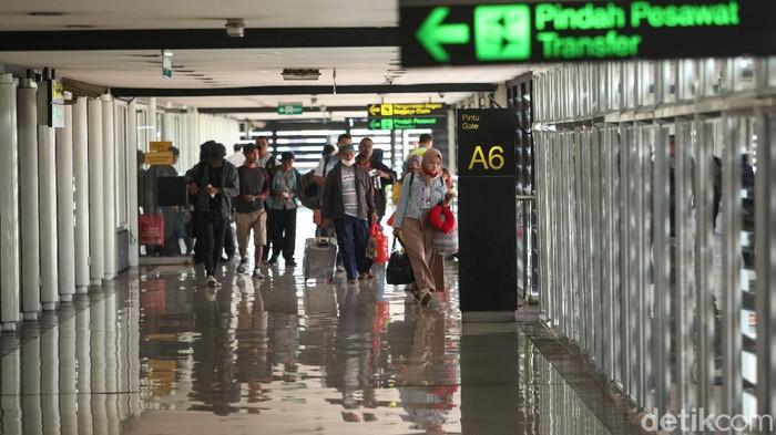 Di tengah gempuran corona, aktivitas di Bandara Seokarno-Hatta terlihat masih normal pada Selasa (17/3/2020). Berikut foto-foto suasana terkininya.