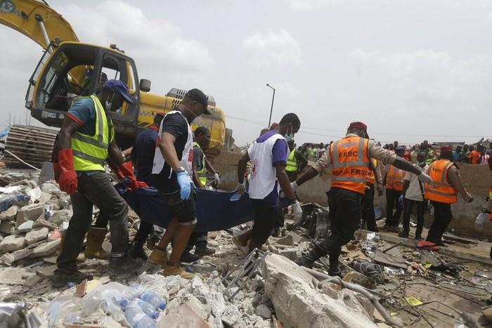 Ledakan gas yang terjadi di ibu kota Nigeria, Lagos, tewaskan 15 orang. Sejumlah petugas dikerahkan untuk mengevakuasi para korban ledakan gas itu.