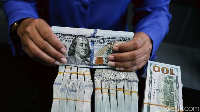 Nilai tukar dolar Amerika Serikat (AS) terhadap rupiah akhirnya tembus ke level Rp 15.000. Ini adalah pertama kalinya dolar AS menyentuh level tersebut pada tahun ini.