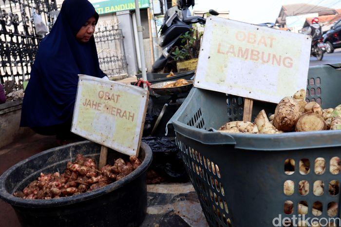 1. Marni, seorang pedagang di kawasan Cileunyi, Kabupaten Bandung, Jawa Barat, tampak menjajakan sejumlah barang dagangannya, salah satunya adalah jahe merah, Selasa (17/3/2020).