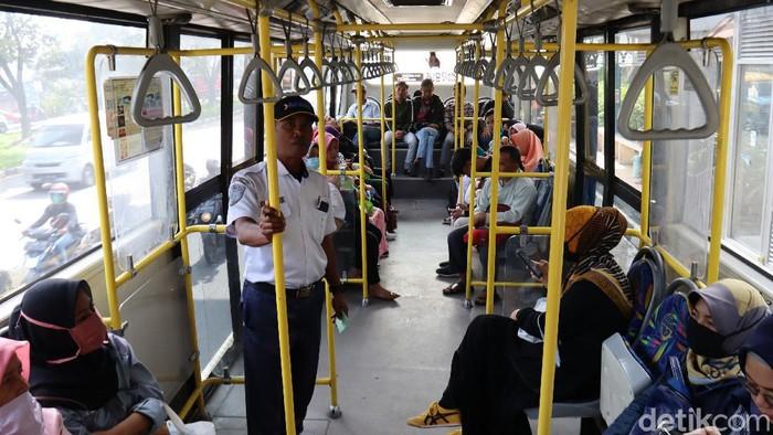 Transportasi massal Trans Metro Bandung (TMB) masih beroperasi normal. Walaupun begitu, terjadi penurunan jumlah penumpang.