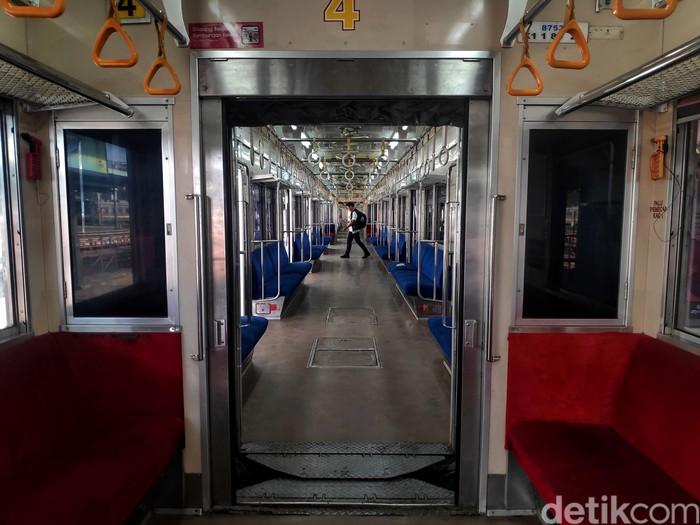 KRL masih menjadi salah satu transportasi publik yang banyak digunakan oleh masyarakat. Aktivitas penumpang KRL di sejumlah stasiun pun tampak normal.