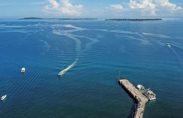 Foto udara destinasi wisata Tiga Gili terlihat dari pelabuhan Bangsal, Kecamatan Pemenang, Tanjung, Lombok Utara, NTB, Selasa (17/3/2020).