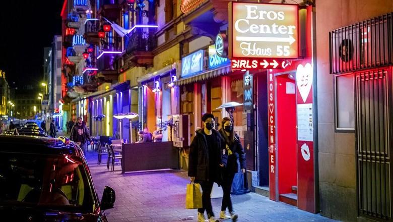 Virus Corona berdampak ke sejumlah sektor, tak kecuali hiburan malam di beberapa negara di Eropa. Sejumlah kios pun ditutup maupun sepi pengunjung imbas Corona.