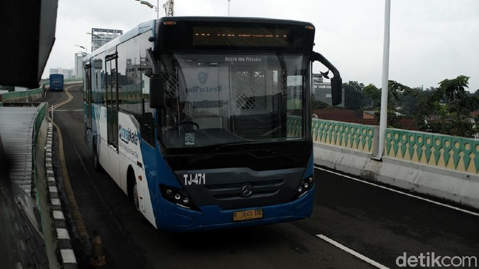 Bus TransJakarta di koridor 13