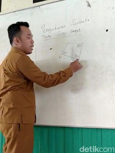Guru tetap mengajar di kelas dengan menggunakan seragam ASN