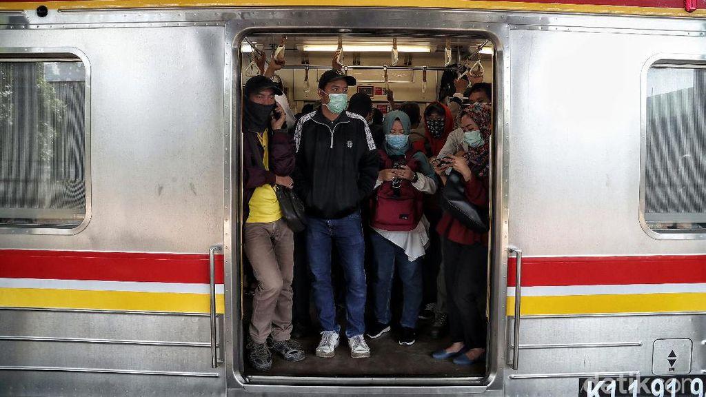 Warga Dempet-dempetan di KRL, Walkot Bekasi: Tingkat Kepatuhan Rendah