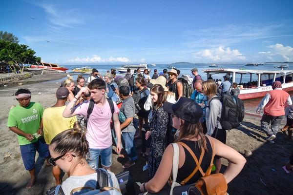 Guna mengantisipasi masuknya virus corona ke wilayah NTB, Pemerintah Provinsi NTB menutup akses pintu masuk menuju destinasi wisata tiga Gili (Trawangan, Air dan Meno) untuk warga negara asing.