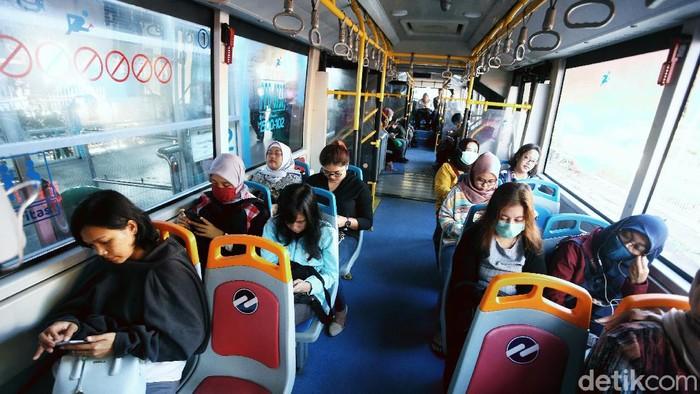 Pelayananbus TransJakartareguler di Terminal Pinang Ranti, Jakarta Timur, Selasa (17/3/2020), kembali normal. Setelah sebelumnya sempat terjadi penumpukan penumpang karena pengurangan jam layanan akibat Pandemi Corona.