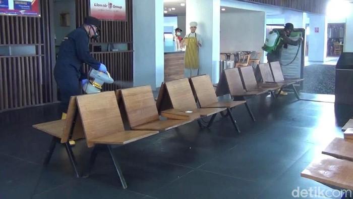 bandara banyuwangi disemprot disinfektan