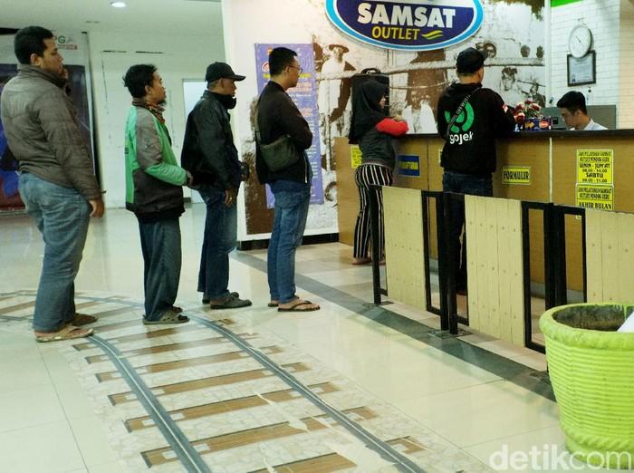 Samsat di Mal Atrium Pondok Gede tetap buka melayani warga. Sejumlah warga pun tampak mendatangi samsat tersebut untuk mengurus berbagai administrasi.