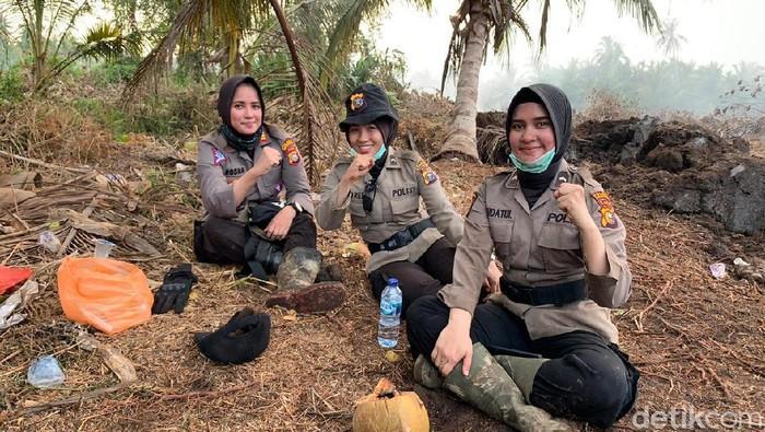 3 polwan anggota Polres Inhil Riau ikut memadamkan karhutla selama sepekan (dok. Istimewa)
