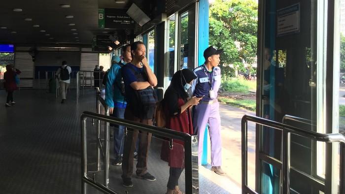 Ada pemandangan yang berbeda di Halte Bus TransJakarta Ragunan setelah Gubernur DKI Jakarta Anies Baswedan mengembalikan kembali jam normal operasional armada. Tidak ada lagi antrean panjang penumpang seperti Senin kemarin.