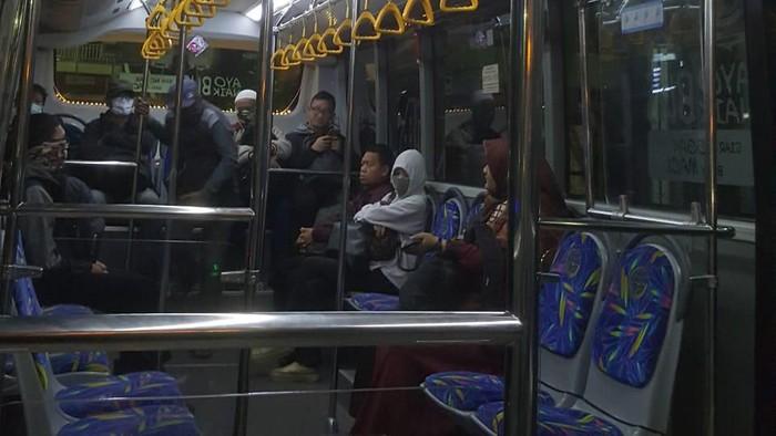 antrean penumpang transjakarta