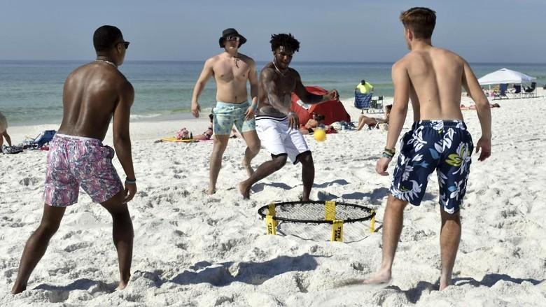 Ada-ada saja ulah Traveler bandel yang tak menghiraukan imbauan untuk social distancing guna mengurangi penyebaran virus Corona. Seperti di Pantai Miami ini yang masih ramai traveler.