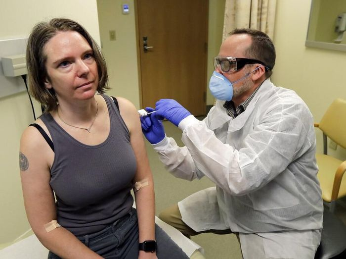 AS mulai melakukan uji coba vaksin virus Corona pada manusia. Dibutuhkan waktu hingga beberapa bulan ke depan hingga vaksin itu dapat tersedia untuk umum.